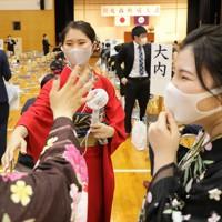 昨年の台風19号の影響で延期されていた成人式が開かれた会場で、再会を喜ぶ新成人たち=宮城県丸森町で2020年8月15日午前9時57分、和田大典撮影