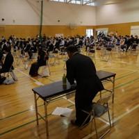 昨年の台風19号の影響で延期されていた成人式が開かれた会場では新型コロナウイルス感染予防のため来賓(手前)の出席は最少人数にしぼられた=宮城県丸森町で2020年8月15日午前10時28分、和田大典撮影