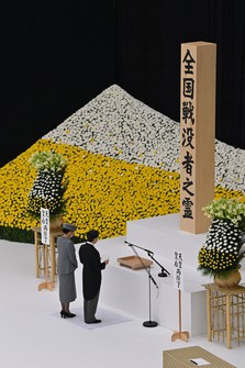 Emperor Naruhito and Empress Masako take part in a ceremony to commemorate the war dead at the Nippon Budokan arena in Tokyo's Chiyoda Ward on Aug. 15, 2020. (Mainichi/Takehiko Onishi)