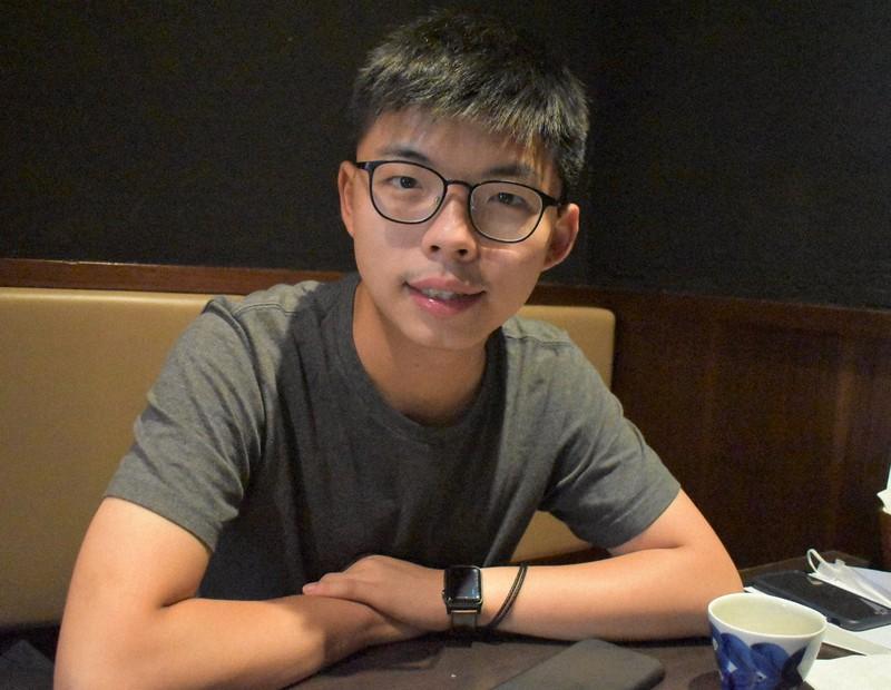 人なつっこい笑顔を見せる黄之鋒氏=香港・銅鑼湾で2020年8月14日、福岡静哉撮影
