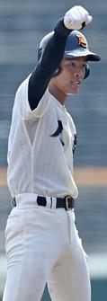 【智弁和歌山-尽誠学園】四回裏尽誠学園1死二塁、仲村が適時二塁打を放ち、塁上で拳を突き上げる=阪神甲子園球場で2020年8月17日、猪飼健史撮影