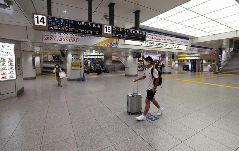 例年ならお盆のUターンラッシュで混み合うはずが、新型コロナウイルスの影響で利用客がまばらな東海道新幹線のホームに続くコンコース=JR東京駅で2020年8月15日午後4時41分、小川昌宏撮影