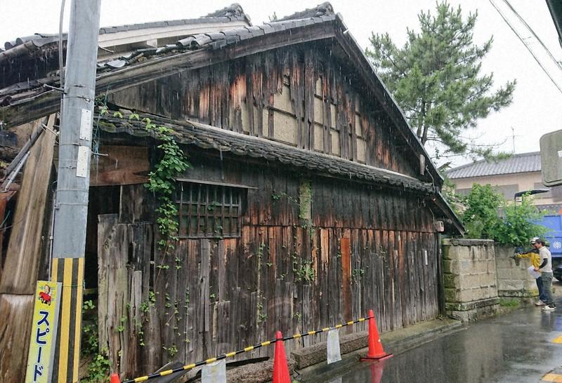 奈良県王寺町による行政代執行で解体が決まった空き家=2020年6月