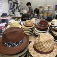 昔ながらの製法で、丁寧に手作りで製作が進められるパナマ帽=大阪市東住吉区で、藤井達也撮影