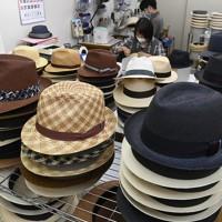 手作りで製作が進められるパナマ帽=大阪市東住吉区で、藤井達也撮影
