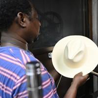 代々受け継がれてきたプレス機を使って仕上げられるパナマ帽=大阪市東住吉区で、藤井達也撮影
