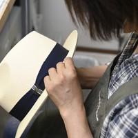一つ一つで手作りで仕上げられるパナマ帽=大阪市東住吉区で、藤井達也撮影