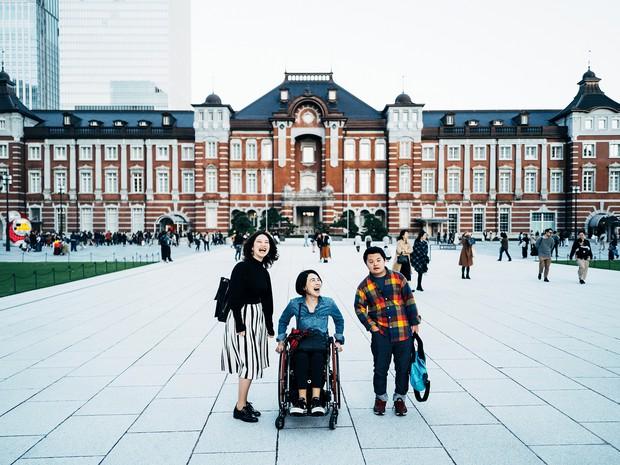 母と弟の家族写真 岸田奈美さん提供