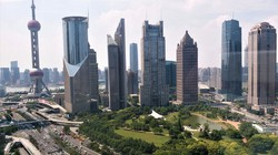 テレビ塔や高層ビル群が並ぶ巨大都市・上海。長年、中国経済をリードしてきた=2017年7月6日、赤間清広撮影
