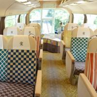 リニューアルされた近鉄団体専用列車「楽」の車内。座席には和柄をあしらっている=2020年8月19日午前11時20分ごろ、高橋昌紀撮影