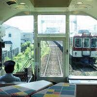 リニューアルされた近鉄団体専用列車「楽」の車内。先頭車のフリースペースからの眺めは自慢の一つ=2020年8月19日午前10時45分ごろ、高橋昌紀撮影