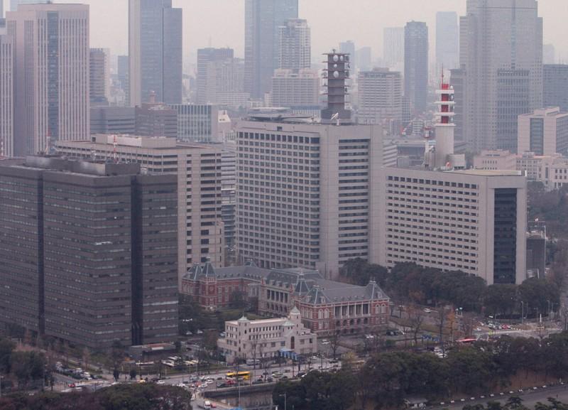 霞が関官庁街。高層ビルに囲まれた手前中央は法曹会館と法務省。右は警視庁=東京都千代田区で2019年(令和元年)12月26日、中村琢磨撮影
