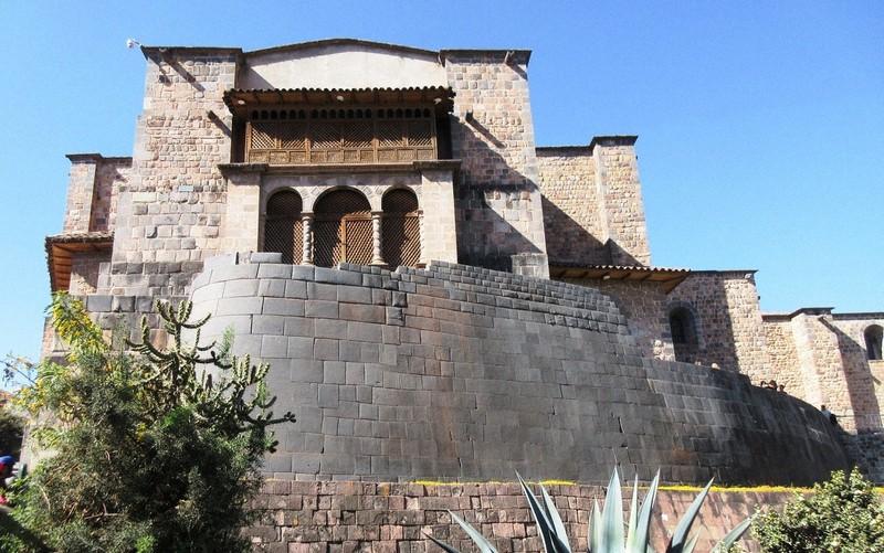 クスコの太陽神殿。インカ時代の精巧な石組みの上にモルタルを使ったスペイン時代の教会が建つ(写真は筆者撮影)