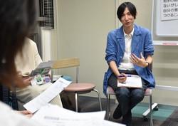 7月に長崎市内で開かれたDV加害者更生プログラムの体験会。新型コロナウイルス感染拡大の影響で外出自粛が長期化し、配偶者などへの暴力に関する相談が増加。臨床心理士らで作る「ながさきDV加害者更生プログラム研究会」は加害者が自らの行動を見つめる心理教育講座を企画した=長崎市馬町で2020年7月3日、今野悠貴撮影