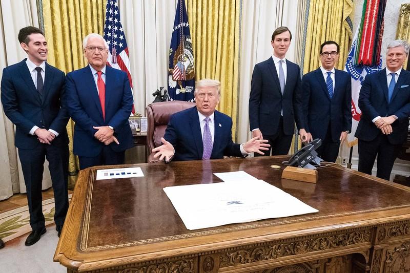 トランプ大統領(中央)は自画自賛するが (Bloomberg)