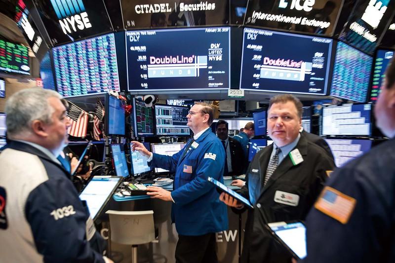 コロナ禍で株価変動が続くニューヨーク証券取引所 (Bloomberg)