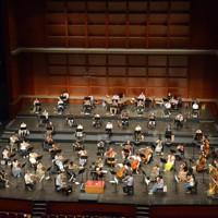 300平方メートル超に拡張された舞台でリハーサルに臨む京都市交響楽団のメンバーら=大津市のびわ湖ホールで2020年8月21日午前11時34分、濱弘明撮影
