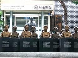 入居していた元慰安婦の銅像が並ぶナヌムの家の入り口=ソウル郊外の京畿道広州市で2020年8月、堀山明子撮影