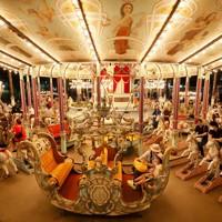 閉園するとしまえんで世代を超えて愛されてきた世界最古級の木製メリーゴーラウンド「カルーセルエルドラド」=東京都練馬区で2020年8月16日、吉田航太撮影