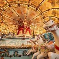 閉園するとしまえんで世代を超えて愛されてきた世界最古級の木製メリーゴーラウンド「カルーセルエルドラド」=東京都練馬区で2020年7月31日、吉田航太撮影