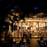 閉園するとしまえんで世代を超えて愛されてきた世界最古級の木製メリーゴーラウンド「カルーセルエルドラド」=東京都練馬区で2020年8月2日、吉田航太撮影