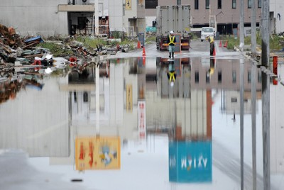 断続的に大雨が降り、冠水のため通行止めとなった道路=岩手県大船渡市で2011年9月1日午後3時51分、貝塚太一撮影