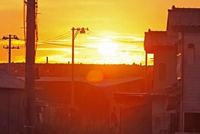 民家をはるかにしのぐ高さになったがれきの山に夕日が沈む=宮城県石巻市で2011年9月8日午後5時39分、津村豊和撮影