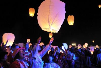 福島県相馬市で開かれた「天灯」。震災の犠牲者を弔う紙風船約1000個が次々と夜空に舞った=福島県相馬市で2011年9月10日午後7時すぎ、小林努撮影
