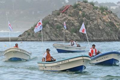 米国のNGOから贈られた漁船の進水式で港内を航行する漁師たち=宮城県気仙沼市の日門漁港で2011年9月4日午後3時6分、丸山博撮影
