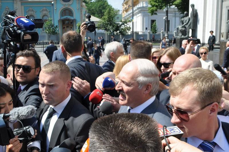 ウクライナ大統領の就任式後、記者団に囲まれるベラルーシのルカシェンコ大統領(中央)=キエフで2014年6月7日、真野森作撮影