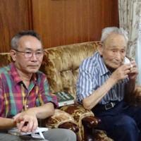 韓国人元BC級戦犯への補償を訴えてきた李鶴来さん(右)と話す有光健さん=西東京市で8月10日
