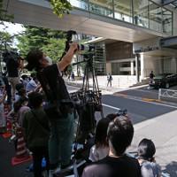 慶応大病院に入る安倍晋三首相を乗せた車列を撮影する報道陣ら=東京都新宿区で2020年8月24日午前9時55分、小川昌宏撮影