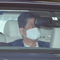 慶応大学病院に入る安倍晋三首相=東京都新宿区で2020年8月24日午前9時54分、長谷川直亮撮影