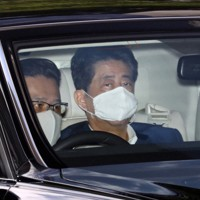 慶応大病院に入る安倍晋三首相(奥)=東京都新宿区で2020年8月24日午前9時55分、小川昌宏撮影