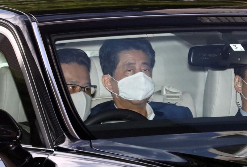 慶応大病院に入る安倍晋三首相(奥)=東京都新宿区で2020年8月24日、小川昌宏撮影