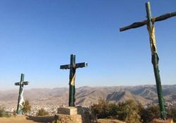 クスコ西方のサクサイワマン要塞。丘の上に並ぶ十字架はインカ文明の墓標か、未来への祈りなのか(写真は筆者撮影)