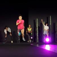 スポーツ仕様の義足で走りを披露するモデルたち=東京都港区で2020年8月25日午後8時10分、幾島健太郎撮影