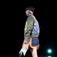 ステージに立つ義足のモデル=東京都港区で2020年8月25日午後8時3分、幾島健太郎撮影