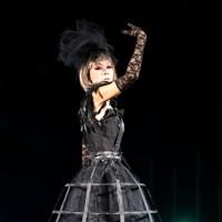 マシンガンの形をした義足を履くミュージシャンの折茂昌美さん=東京都港区で2020年8月25日午後8時7分、幾島健太郎撮影
