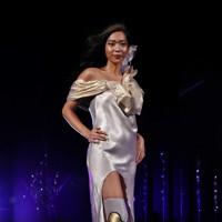 ステージに立つ義足のモデル=東京都港区で2020年8月25日午後8時22分、幾島健太郎撮影