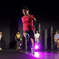 スポーツ仕様の義足で走りを披露するアスリートのモデルたち=東京都港区で2020年8月25日午後8時10分、幾島健太郎撮影