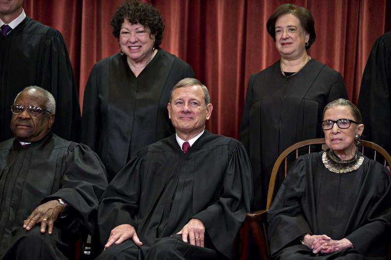 政治圧力に屈しないロバーツ米最高裁主席判事(下段中央) Bloomberg