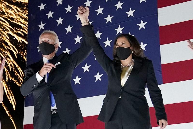 米民主党の副大統領候補に指名されたカマラ・ハリス上院議員(右)。左は大統領候補のジョー・バイデン前副大統領=AP