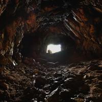津和瀬砲台の洞窟通路。中央の光の先に砲座がある=福岡県宗像市で2020年8月16日、森園道子撮影
