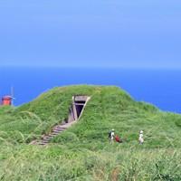 大島砲台の観測所(中央)。下部には弾薬庫がある。視程がよければ沖合に沖ノ島が見える=福岡県宗像市で2020年8月16日、森園道子撮影