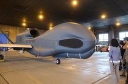 報道陣に公開されたグローバルホーク=米軍三沢基地内で2014年5月30日、宮城裕也撮影