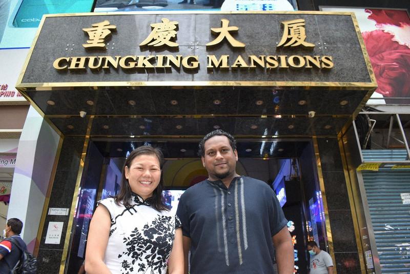 重慶大厦の前に立つジェフリー・アンドリューさん(右)と、アンドリューさんの恩人の王恵芬さん=香港・尖沙咀で2020年8月4日、福岡静哉撮影