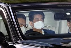 2週連続で慶応大病院に入る安倍晋三首相(奥)。永田町は「ポスト安倍」政局へ走り始めている(東京都新宿区で8月24日)