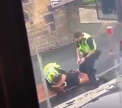映像では警官2人が、白人男性の首を絞める様子も鮮明に映されれている YouTubeの動画より