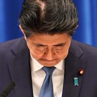 記者会見で辞任を表明し頭を下げる安倍晋三首相=首相官邸で2020年8月28日午後5時11分、竹内幹撮影